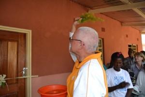 33-Don Paolo benedice il nuovo Centro Anziani